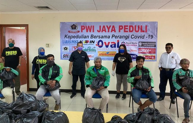 Pengemudi Ojek Online (Ojol) menerima bantuan dari paket sembako dari PWI Jaya Peduli/dik.PWI Jaya Peduli