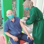 Suhu Hengky Theresya Disuntik Vaksin Covid-19 di Puskesmas Purnama