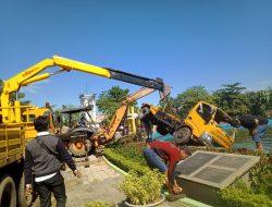 Truk Pengangkut Sampah Pemkot Pontianak Nyebur ke Kolam Tugu Digulis