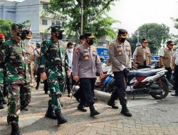 Panglima TNI dan Kapolri Tinjau Vaksinasi Plus Serahkan Bansos di Sawah Besar