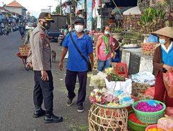 Kapolsek Abiansemal Pimpin Pemantauan PPKM Level 4 di Pasar Mambal