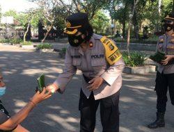 Aksi Polwan Polres Klungkung Bagikan 200 Nasi Bungkus dan Air Mineral