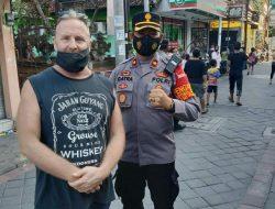Peduli Masyarakat Bali, Bule Australia Bagikan Makanan Gratis
