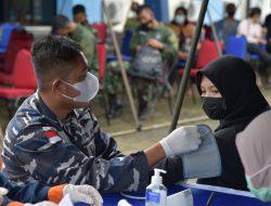 Tim Vaksinator Satgas Covid-19 TNI AL Lantamal XII Dukung Serbuan Vaksin di Lanud Supadio