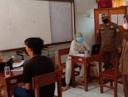 Satpol PP Kelurahan Pulo Gebang Awasi Prokes di Sentra Vaksinasi