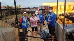 Damkar Kong Sun Serahkan Bantuan untuk Korban Kebakaran di Siantan
