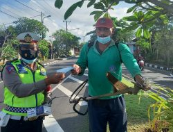 Unit Lantas Polsek Mengwi Turun ke Jalan Bagi-Bagi Masker